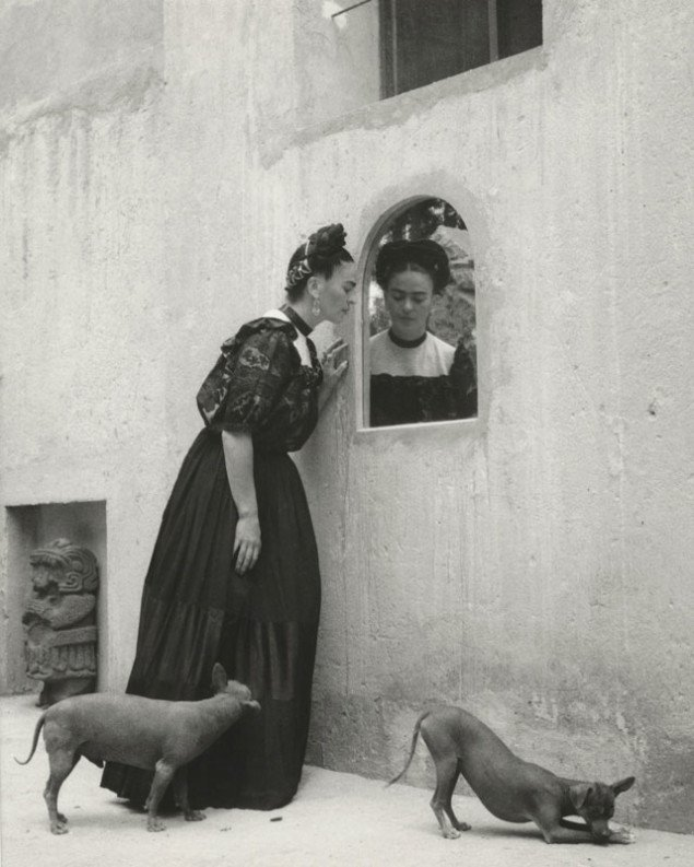 Lola Alvarez Bravo, Frida Kahlo med hunde og skulptur, 1944. (Foto: Throckmorton Fine Art)