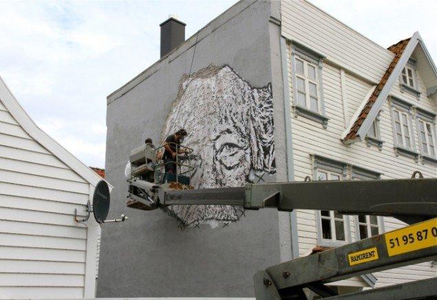 Vhils hamrer væggen ud af sit portræt. Foto: Henrik Haven.