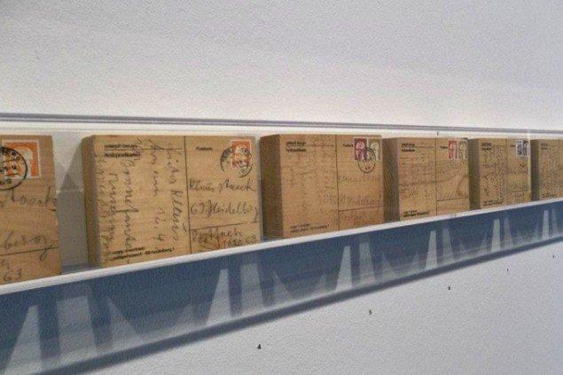 Joseph Beuys. Postkort af træ. Foto: Akademie der Künste