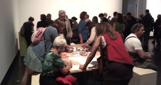 Besøgende flokkedes omkring bordet for at producere egne bidrag. Foto: Theis Vallø Madsen