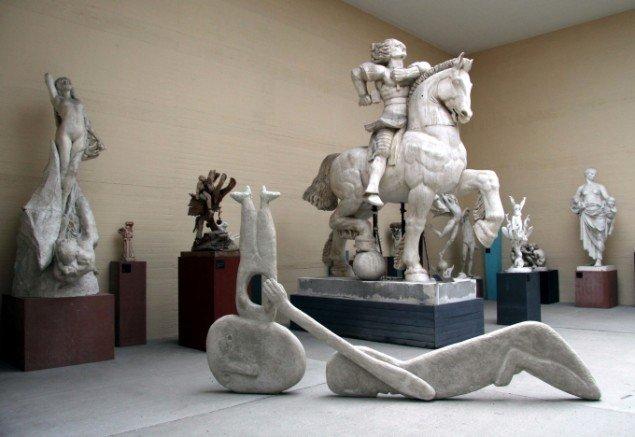 Marit Benthe Norheim: Bruddet, 2013 (skulptur af polyerethan, polyester, glasfiber, epoxy, beton og knust glas).Foto: Helle Nanny Brendstrup