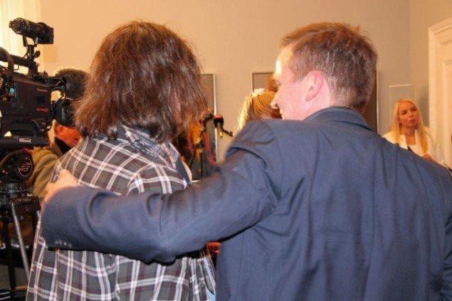 Johnny Madsen og Anders Samuelsen arm i arm under fernisseringen af Madsens værker. (Foto: Liberal Alliance)