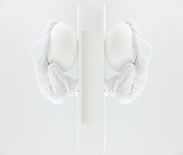 Sophia Kalkau: White Stuff, fotografi. På udstillingen Gennem Sort, Møstings Hus, 2013. Pressefoto