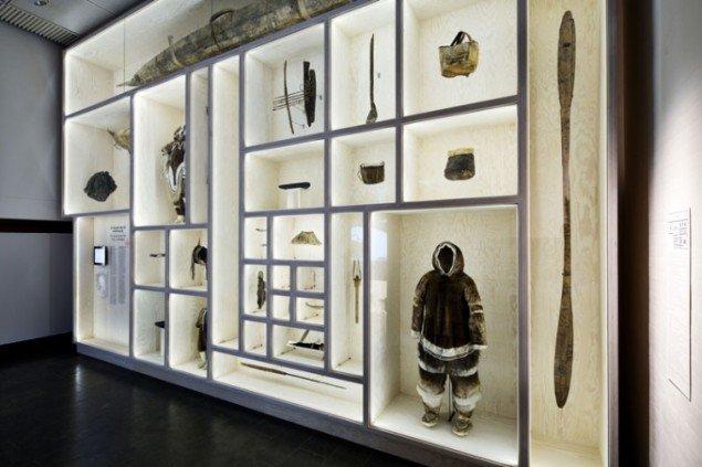 Et af udstillingens etnologiske displays, der vækker mindelser om oldnordisk repræsentationstænkning. Arktis, Installation shot, Louisiana Museum of Modern Art (Foto: Ty Stange)