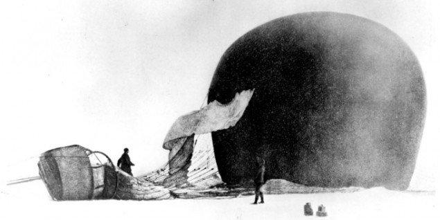 Ørnen er landet, 14. juli 1897, fotografi af Nils Strindberg, Andrée-ekspeditionen. (Grenna Museum - Polarcenter / Svenska Sällskapet för Antropologi och Geografi)