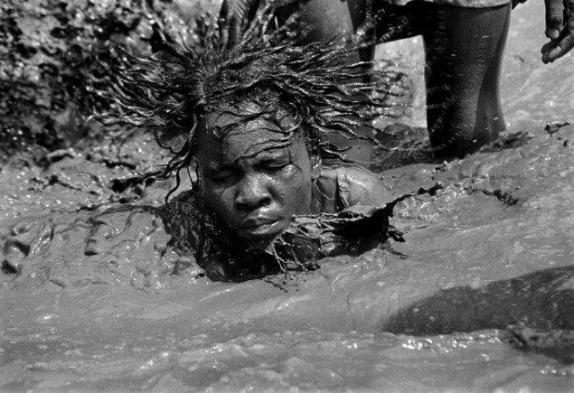 Henrik Saxgren: Posessed woman in pond, Haiti, 1995
