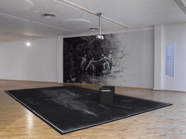 Nanna Debois Buhl The Mapmaker 2009, installation, samarbejde med Ege Tæpper til Socle du Monde Biennalen, Herning Kunstmuseum, foto: Anders Sune Berg