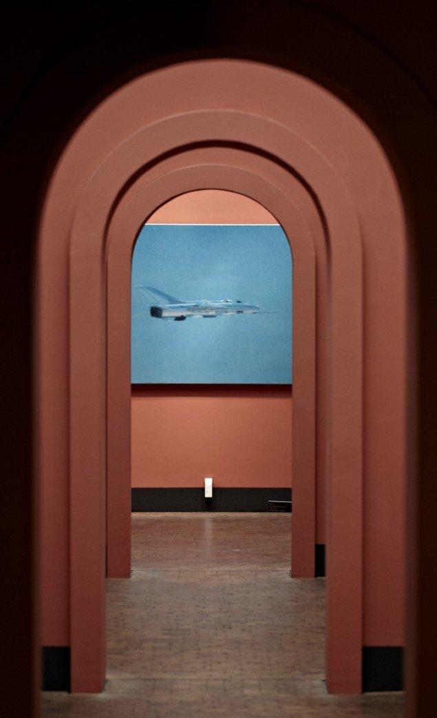 Installationsview Ulrik Møller  The Moon, Kids, Birds and Aeroplanes  på Faaborg Museum. Foto: Lars Skaaning