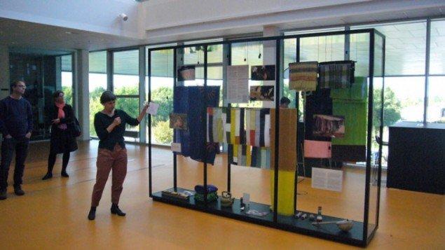 Gitte Villesen introducerer vitrinen og de indlejrede udvekslinger. (Foto: Matthias Hvass Borello)