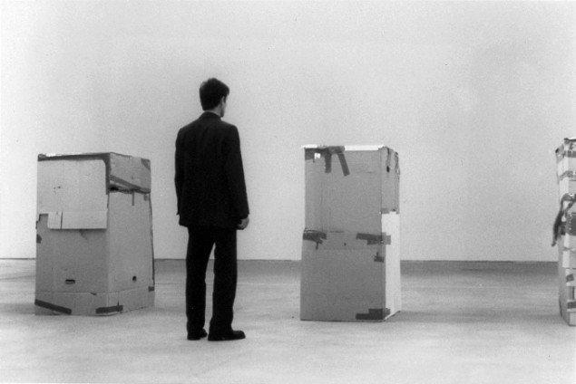 Santiago Sierra  Arbejdere, der ikke kan aflønnes. Betales for at forblive i papkasserne.  Kunst Werke, Berlin, 2000. © Santiago Sierra. VG Bild-Kunst, Bonn 2013