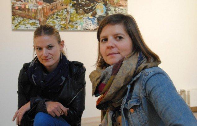 Mie Mørkeberg og Stephanie Donsø (th.), udstillingens kuratorer. Foto: Bente Jensen.