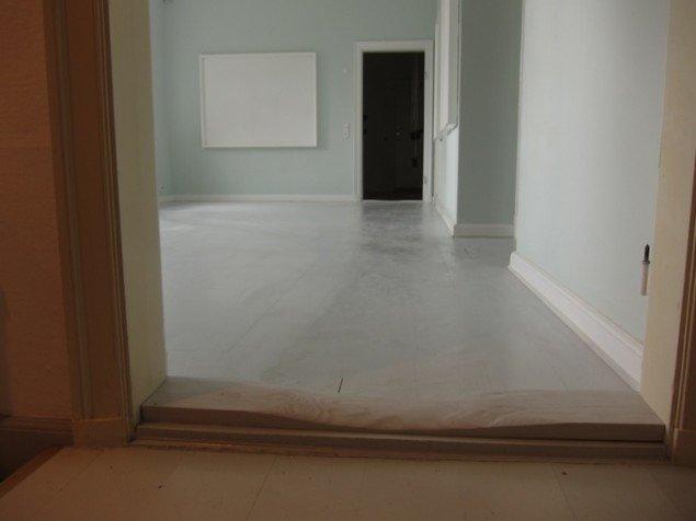 Søren Assenholt New Floor with Added Abrasion and 24 m2 of Paint, Karen Blixen museet 2010. Gulvbrædder og maling. Foto: Søren Assenholt