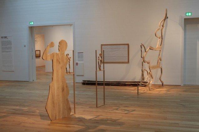 Søren Assenholt Social Oak Silhuette Stedsspecifik installation på Fuglsang Kunstmuseum. 2009. Egetræ. Foto: Søren Assenholt