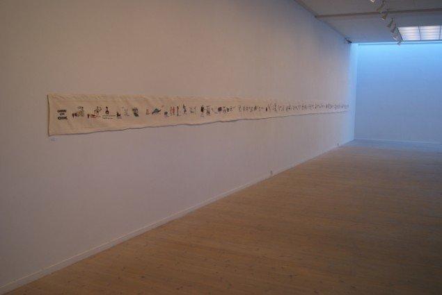 Gudrun Hasle installationsview med  Gudruns Livs Histiore  2004. 17 m x 35 cm. Brodergarn på lagenlærred. Foto: Gudrun Hasle