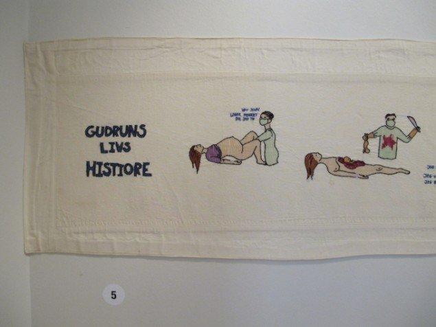 Gudrun Hasle  Gudruns Livs Histiore  2004. 17 m x 35 cm. (Udsnit) Brodergarn på lagenlærred. Foto: Gudrun Hasle