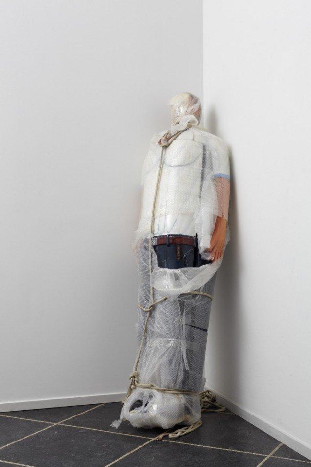 Emil Westman Hertz Kiste, 2011. Bemalet og lakeret træ, bobleplast, reb, stof, 200x80x50 cm. Tilhører: ARKEN – Museum for Moderne Kunst. Foto: Anders Sune Berg