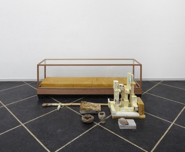 Emil Westman Hertz Sygeleje, 2011. Træ, plexiglas, bivoks, gips, bambus, pilleæsker, ler, cement, honning, 64x190x70 cm. Foto: Anders Sune Berg
