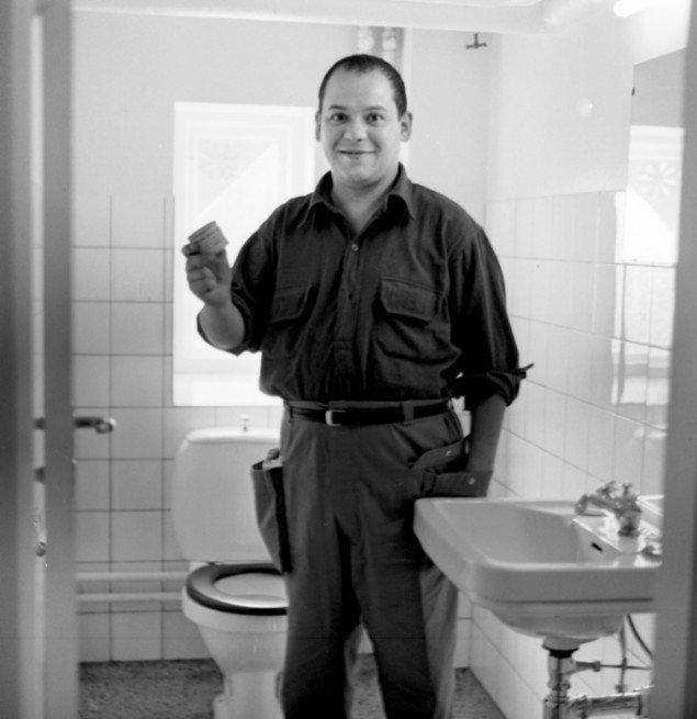 """Fotoet af Manzoni på et toilet i Herning refererer til futuristgrundlæggeren Marinettis kommentar til Mona Lisas (La Gioconda) smil i form af titlen La Gioconda purgativa - """"en smilende, der er befriet (for sin afføring)"""". Foto: Ole Bagger"""