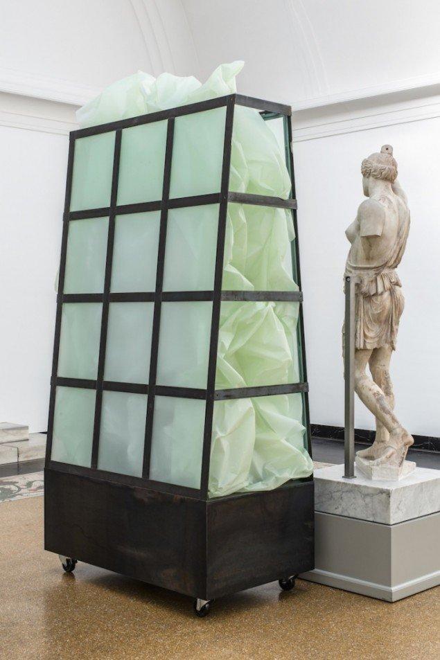 Anita Jørgensen In between  2013. Glas, tegnefolie, jern, hjul. 285x145x83 cm. Foto: Anders Sune Berg.