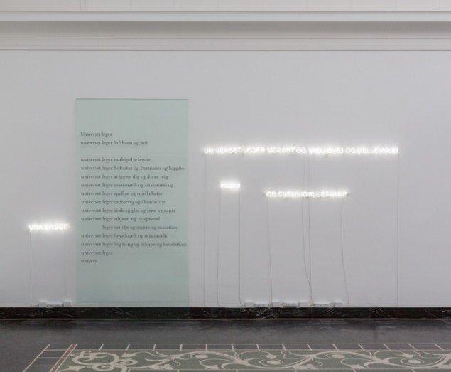 Morten Søndergaard & Anita Jørgensen Universet leger 2013. Digt, glas, folie, neon, 300x450x21 cm. Foto: Anders Sune Berg.