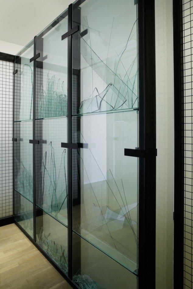 Anita Jørgensen Passage i arkiv for skrøbelighed  2004. Jern og glas. 210x500x150 cm. Fra Clinch på Statens Museum for Kunst. Foto: Anders Sune Berg.