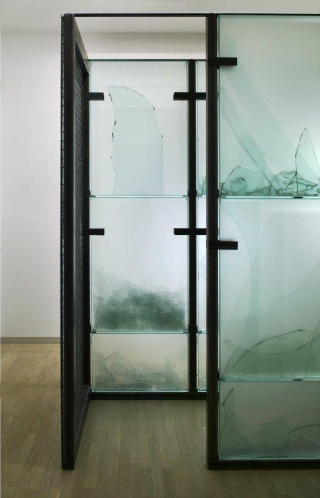 Anita Jørgensen: Detalje fra Passage i arkiv for skrøbelighed  2004. Jern og glas. 210x500x150 cm. Fra Clinch på Statens Museum for Kunst. Foto: Anders Sune Berg.