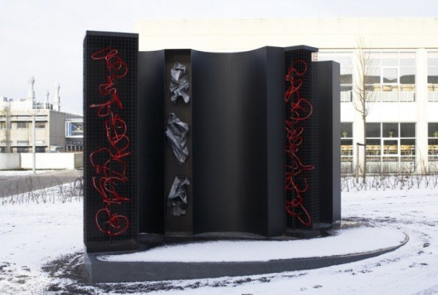 Anita Jørgensen RUC II, Roskilde Figur seks 2004. Aluminium, neon, bly, 285x500x700 cm. Foto: Anders Sune Berg.