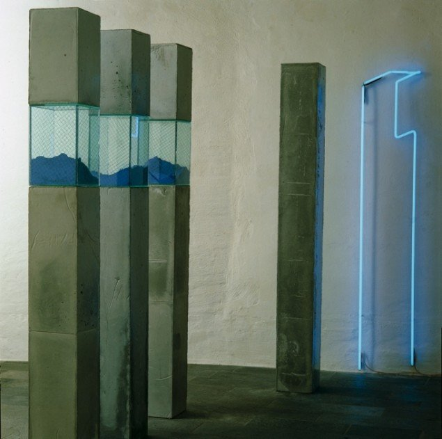 Anita Jørgensen  Tre + en + neon 1985. Beton, glas, pigment, neon. 185 x300x500 cm. Foto: Per Morten Abrahamsen.