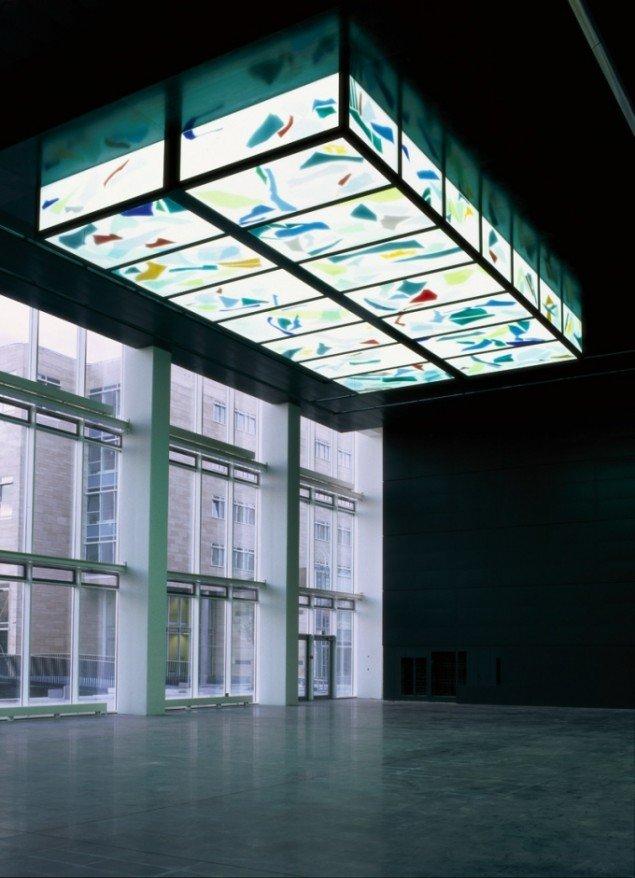 Anita Jørgensen Kalejdoskopisk objekt 2002. KUA, Amager. Glas, jern, neon, 550x1000x200 cm. Foto: Anders Sune Berg.