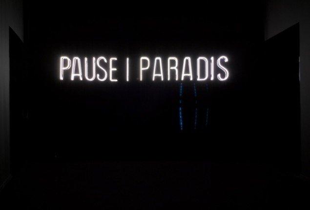 Anita Jørgensen PAUSE I PARADIS  2013. Neon, aluminium, 60x310x11 cm.  Tilhører ARoS Aarhus Kunstmuseum. Foto: Anders Sune Berg.