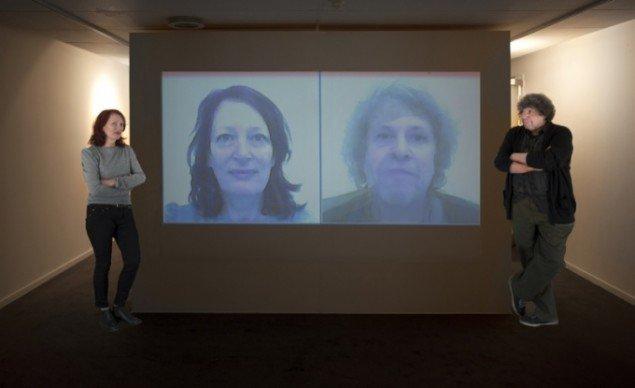 Kuratorerne Nina Saunders og Ernesto Spinelli foran værket: Exsitential Photobooth, 2013, der er blevet skabt specielt til udstillingen. Foto: Torben E. Meyer
