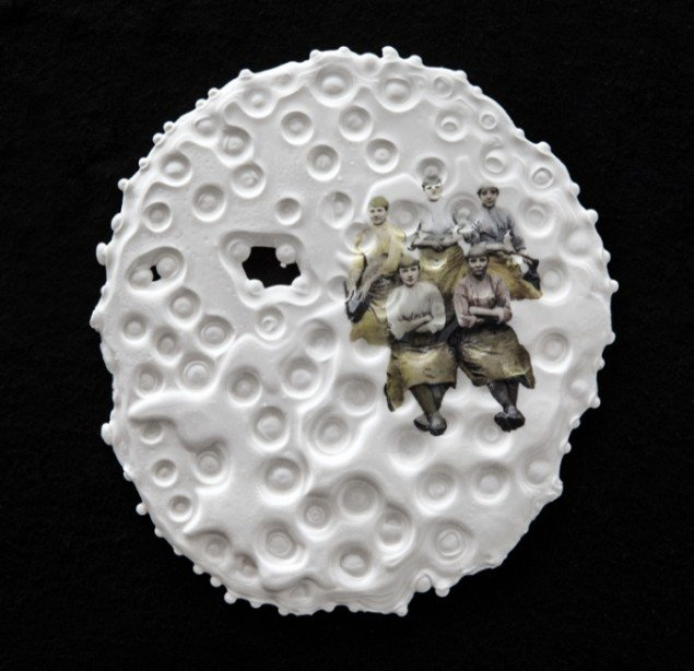 Karen Harsbo Pitbow 2013, porcelænsrelief,15x15cm. Foto: Ole Akhøj
