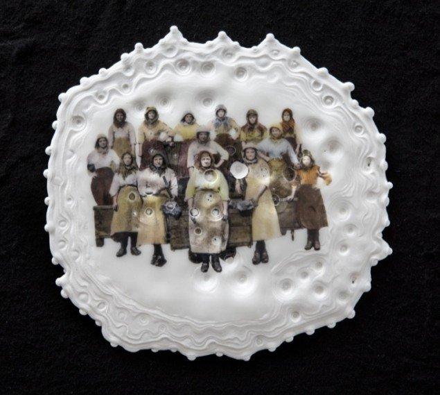 Karen Harsbo Gruppe 2013, porcelænsrelief. Foto: Ole Akhøj