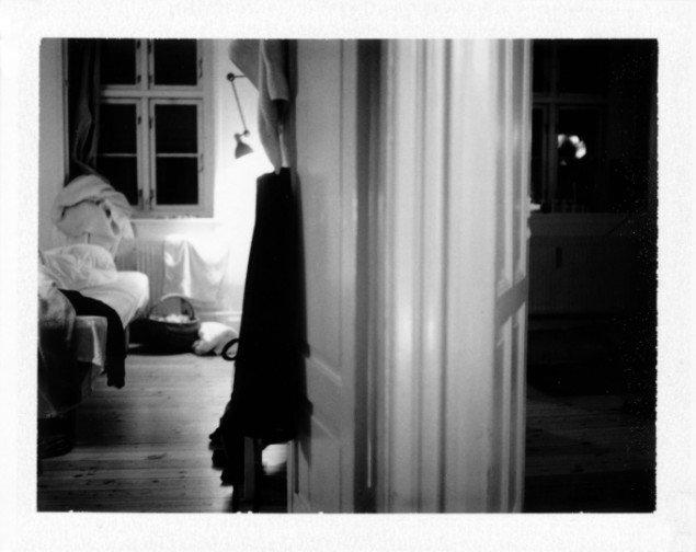 Laura Stamer: #023 ed. 1/1, 2013. Polaroid, 31 x 25 cm (indrammet). På Reflecting Home hos Leth & Gori 2013-14