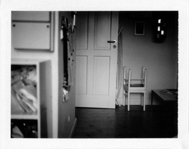 Laura Stamer: #027 ed. 1/1, 2013. Polaroid, 31 x 25 cm (indrammet). På Reflecting Home hos Leth & Gori 2013-14