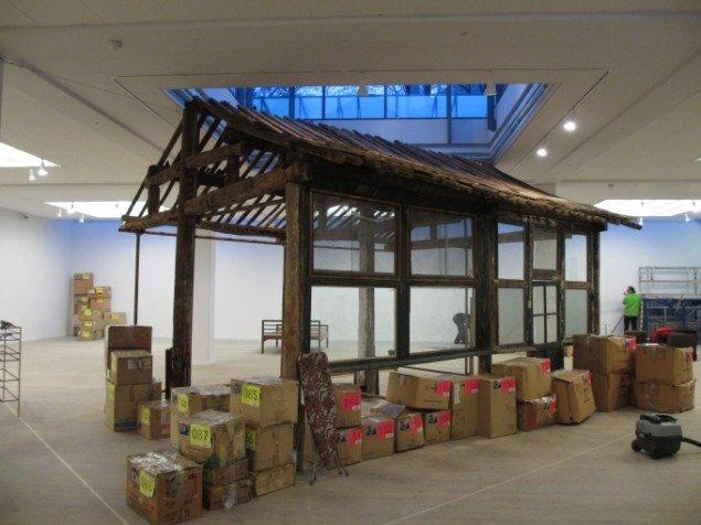 Skelettet af Shaos hus, som skal stå midt i udstillingsrummet. Foto: Kirstine Bruun