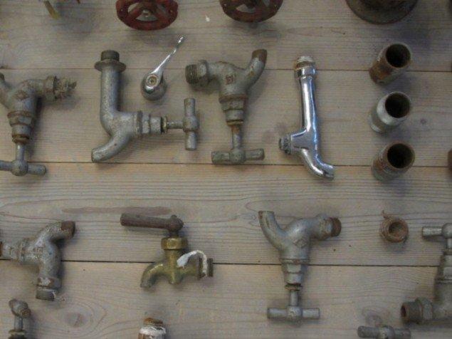 Koldt - og varmtvandshaner gemt til senere brug. Foto: Kirstine Bruun