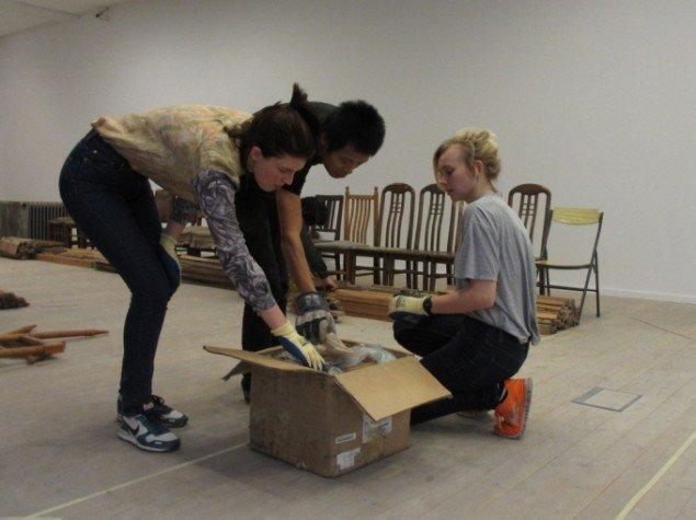 Lu Bin åbner en kasse sammen med to af de andre assistenter. Foto: Kirstine Bruun