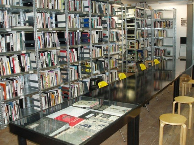 Strooms velasssorterede bibliotek. (Foto: Stroom Den Haag)