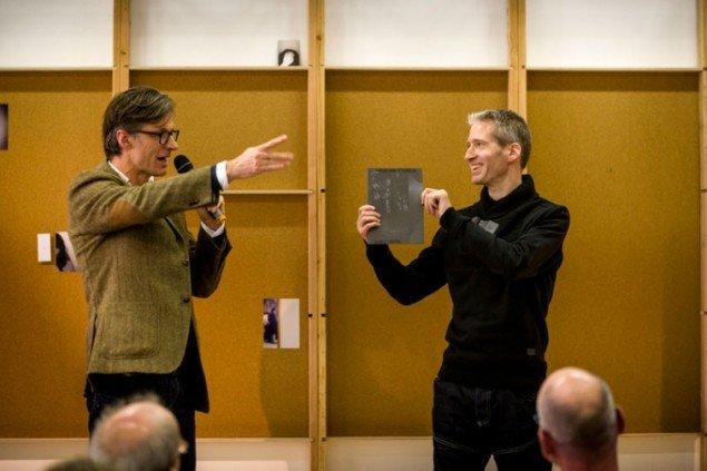 Direktør Arno van Roosmalen (tv.) introducerer Charles van Otterdijks bog Double Centre i forbindelse med kunstnerens udstilling hos Stroom i oktober 2013. (Foto: Stroom Den Haag)