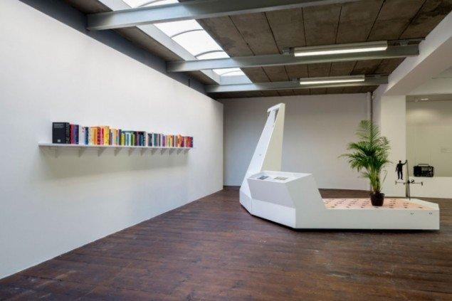 Installationsview fra den aktuelle udstilling med polske Agnieszka Kurant, Exformation. (Foto: Eric de Vries, Stroom Den Haag)