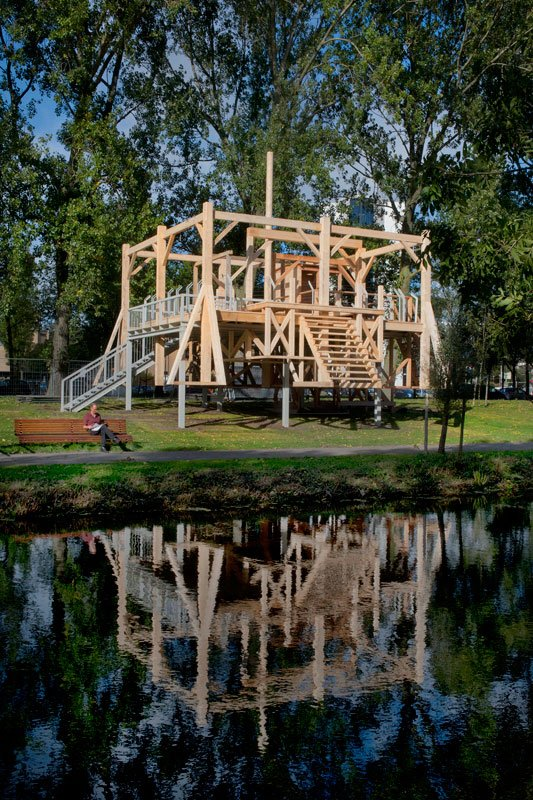 Sam Durant: Scaffold, 2013 og Vincent de Boer i sit rette element. (Foto: Sander Heezen)