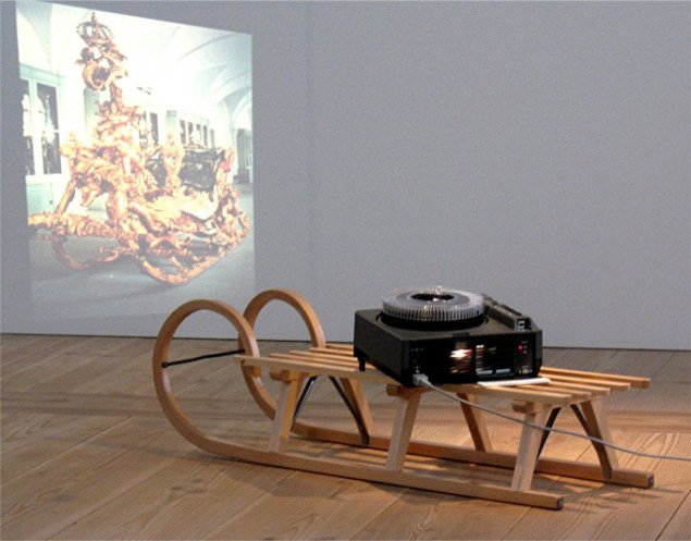 Rodney Graham: Continuous Transformation of the Form of a Child's Sled into that of Another, 2000. Foto: Lars Svanholm