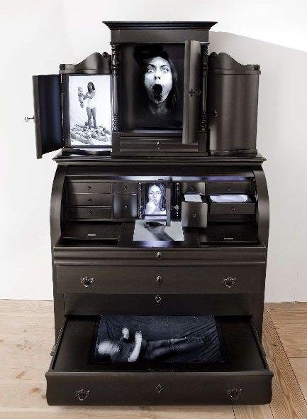 Katja Bjørn Chatol 2013. Videoskulptur, 200x125x30 cm. 7 loops på 3-11 min. Skærme, voks. Foto: Ole Bjørn Petersen