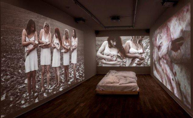 Katja Bjørn Sov min elskede 2012. Videoinstallation, varighed 20 min., 4 vægprojektioner, seng, sengelinned. Foto: Ole Bjørn Petersen