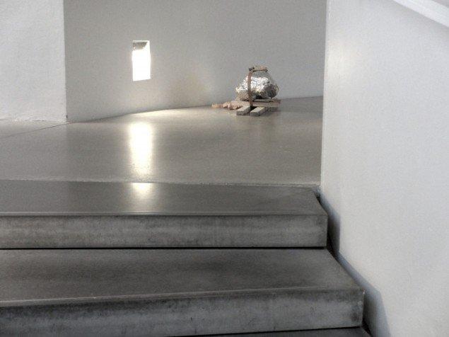 Udstillingsview fra Understrøm - ung nordisk kunst med skulptur af Morten Modin. Foto: Ole Bak Jakobsen