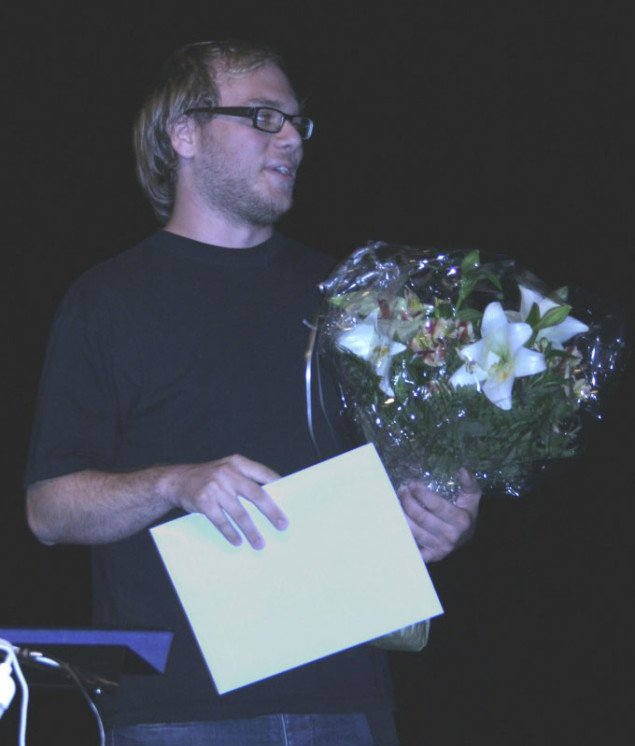 Vectral alias Søren Lyngsø Knudsen modtager sin pris. Foto: Maja Egelund