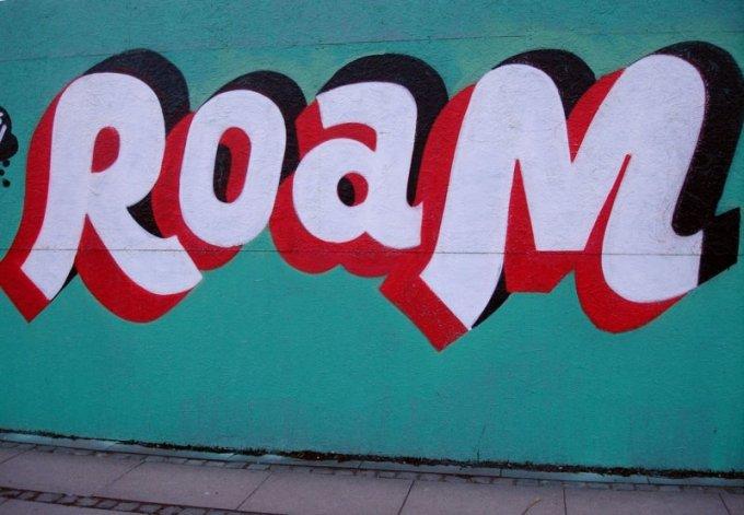 Røde sko på ambassadens væg kunsten.nu Online magasin og