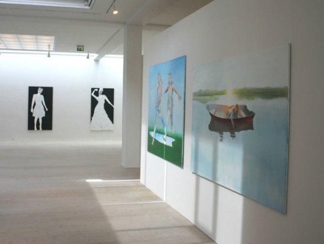 I forgrunden malerier af Elin Engelsen, i baggrunden Iben Toft Nørgårds kollagemaleri.