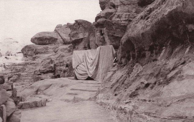 Inger Lise Rasmussen: Nedstigning, Vandring II, 2010-2011. Fotogravur, 24 x 36 cm. På Reqem. Vandringer i ørkenen, Antikmuseet 2014